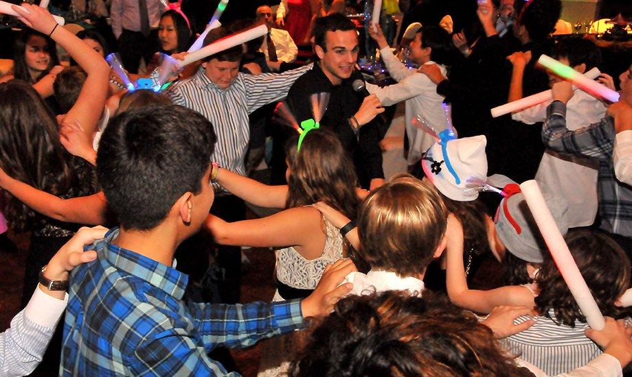 Dj Peter dancing woth kids 2 1